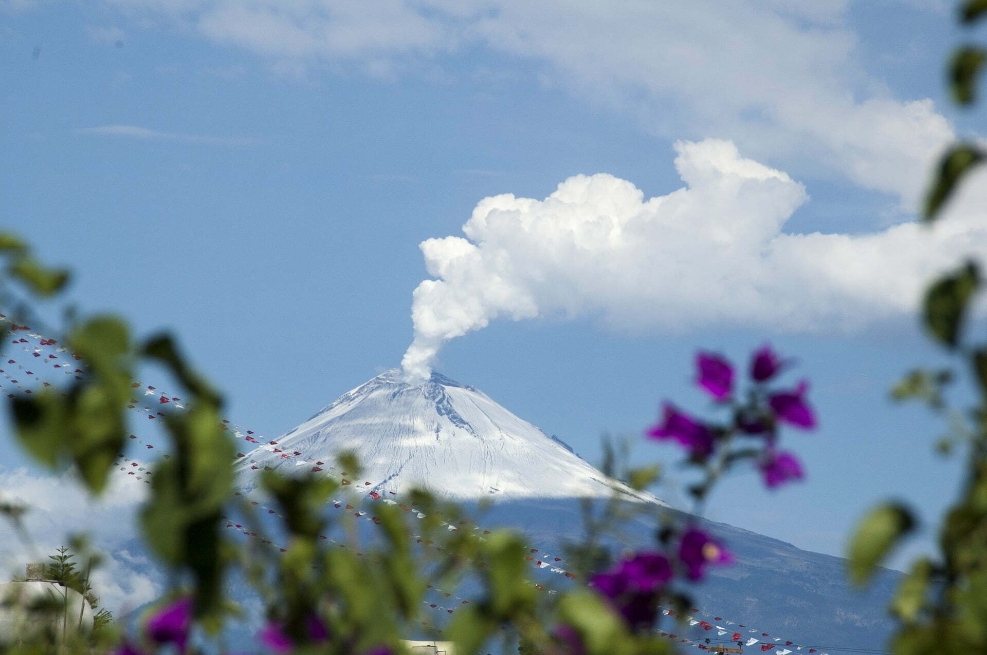 Stel trouwt aan de voet van uitbarstende vulkaan