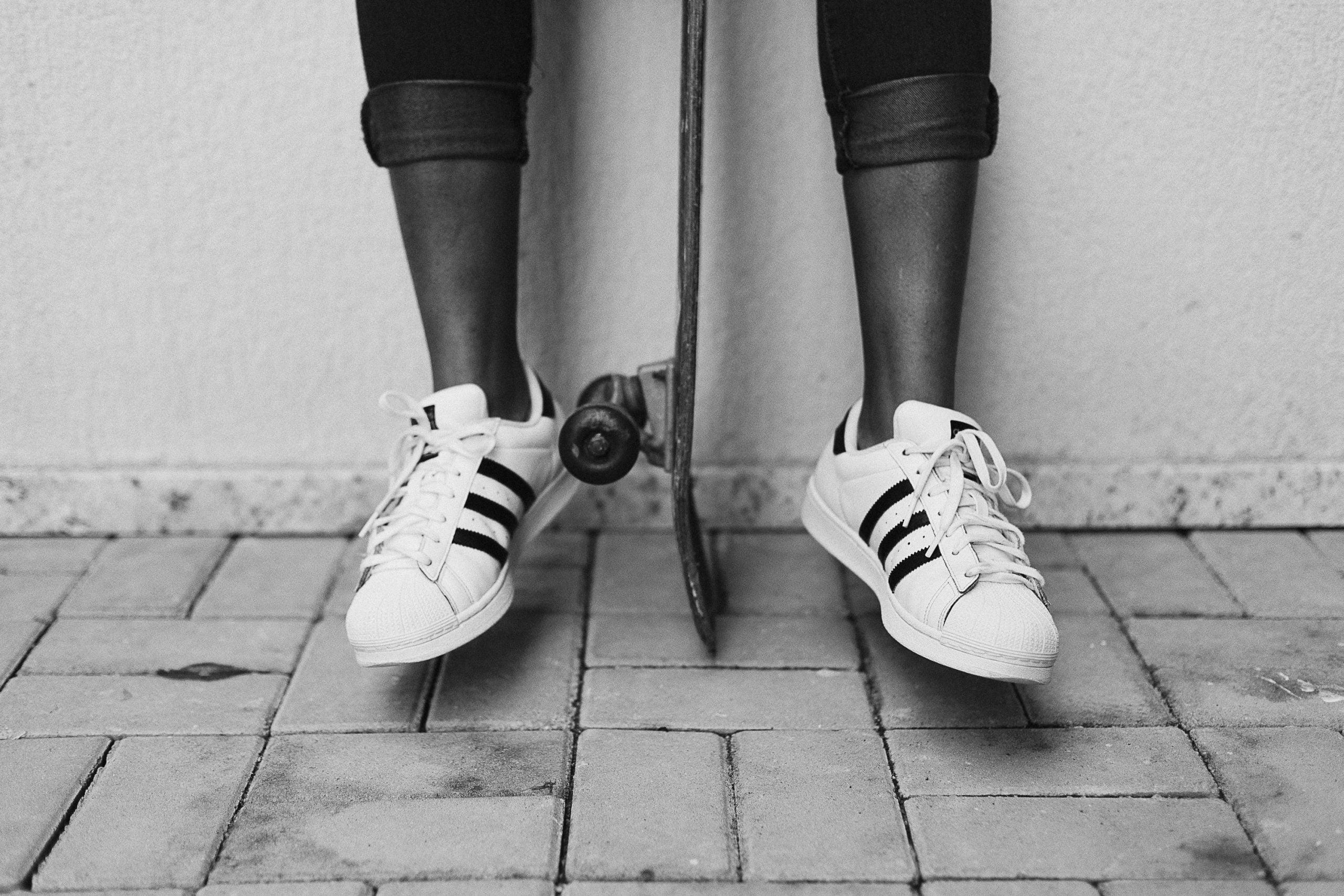 3 redenen om deze zomer witte sneakers te dragen