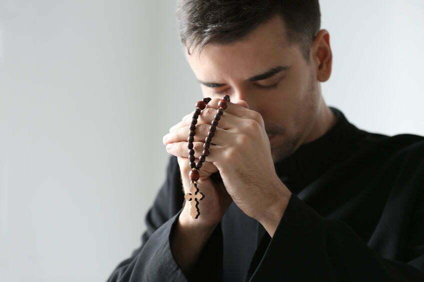 priester neergeschoten frankrijk